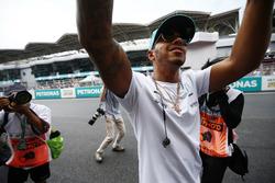 Lewis Hamilton, Mercedes AMG F1, salue les fans