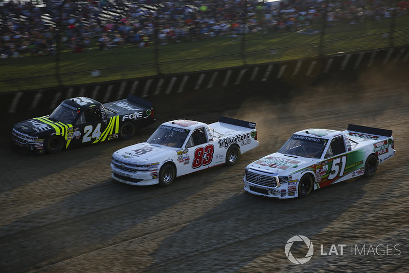 Justin Haley, GMS Racing Chevrolet, JJ Yeley, Fr8Auctions.com Chevrolet Silverado, y Harrison Burton, Kyle Busch Motorsports Toyota