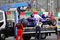 La voiture de Carlos Sainz Jr., Scuderia Toro Rosso STR12, après son crash