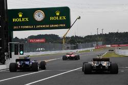Pascal Wehrlein, Sauber C36 and Jolyon Palmer, Renault Sport F1 Team RS17