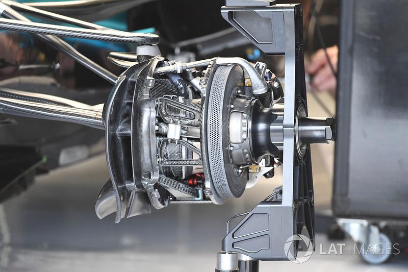 Detalle del freno y del eje delantero del Mercedes-Benz F1 W08 Hybrid