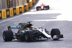 Льюис Хэмилтон, Mercedes AMG F1 W08, и Себастьян Феттель, Ferrari SF70H