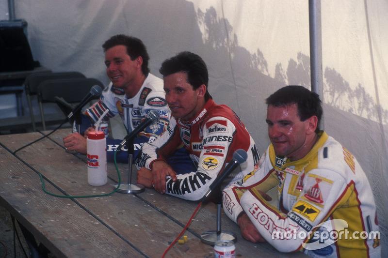 El ganador Eddie Lawson, Yamaha, el segundo, Wayne Gardner, Honda y el tercero, Niall Mackenzie, HB-Honda