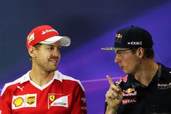 Sebastian Vettel, Ferrari con Max Verstappen, Red Bull Racing en la conferencia de prensa de la FIA