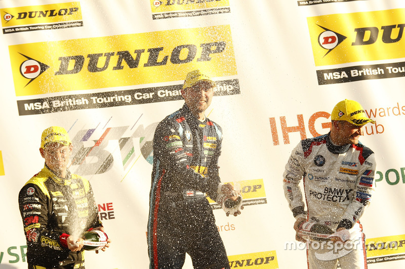 Third place Tom Chilton, Power Maxed Racing Vauxhall Astra, second place Colin Turkington, Team BMW BMW 125i M Sport