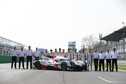 La nuova Toyota Gazoo Racing Toyota TS050 Hybrid e i piloti: Anthony Davidson, Nicolas Lapierre, Kazuki Nakajima, Mike Conway, Kamui Kobayashi, Yuji Kunimoto, Jose Maria Lopez, Sébastien Buemi, Stéphane Sarrazin with the rest of the team
