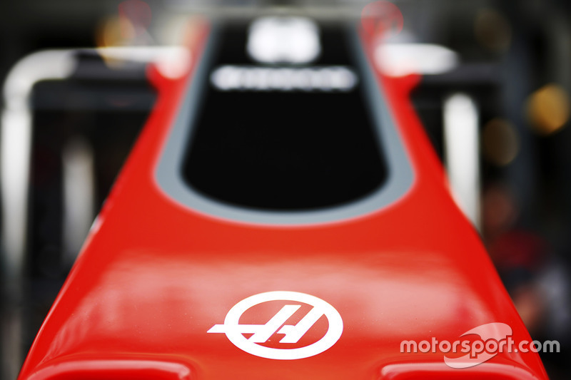El logo F1 Team Haas en la punta del equipo de F1 de Haas VF-17