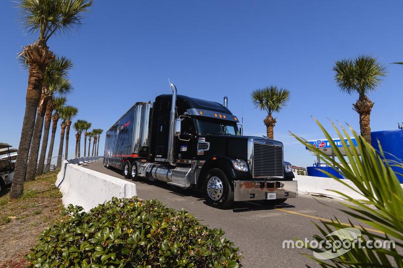 Camión de Ford Performance Chip Ganassi Racing Team, llegando al paddock