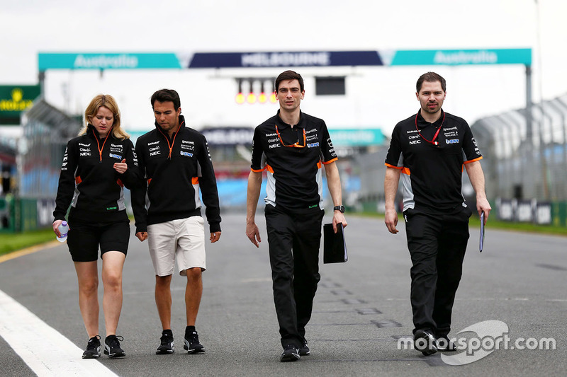 Trackwalk: Sergio Perez, Sahara Force India F1 Team, mit seinen Ingenieuren Bernadette Collins und T