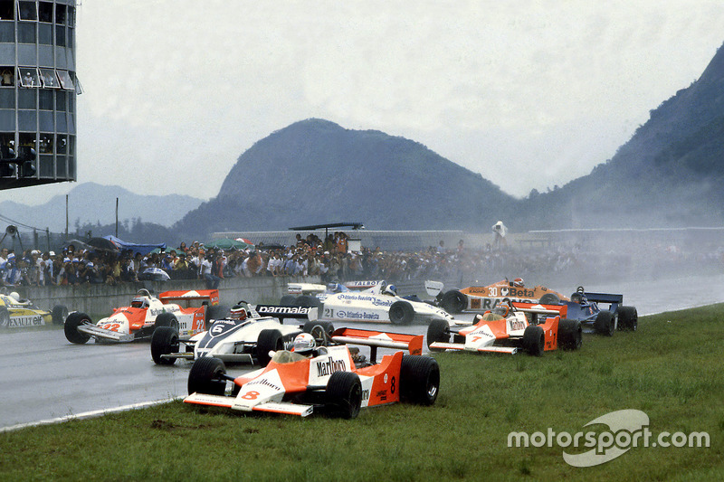 Accident au départ entre Andrea de Cesaris, McLaren M29F-Ford Cosworth; Hector Rebaque, Brabham BT49C-Ford Cosworth; Mario Andretti, Alfa Romeo 179C; Rene Arnoux, Renault RE20; John Watson, McLaren M29F-Ford Cosworth; Chico Serra, Fittipaldi F8C-Ford Cosworth; Ricardo Zunino, Tyrrell 010-Ford Cosworth; Siegfried Stohr, Arrows A3-Ford Cosworth et Jean-Pierre Jarier, Ligier JS17-Matra