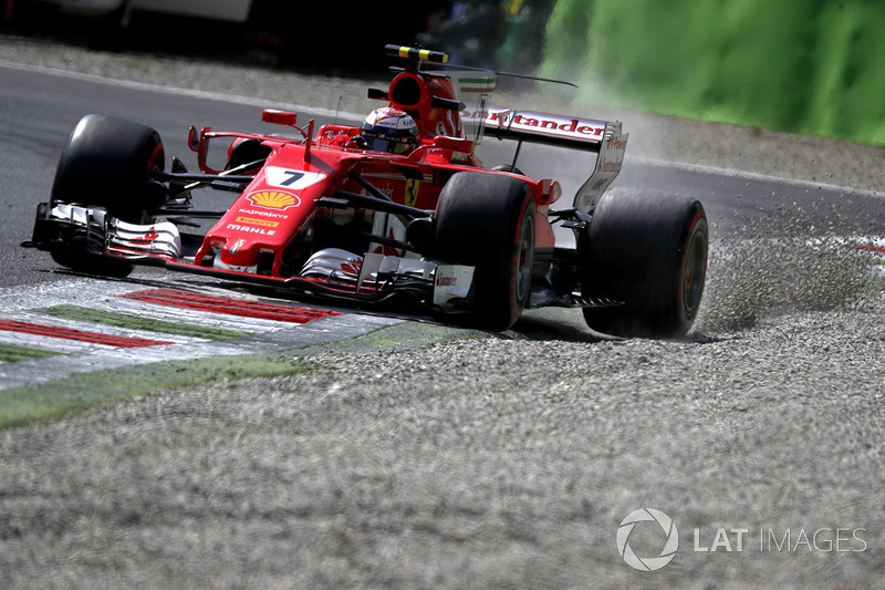 Kimi Raikkonen, Ferrari SF70H runs wide into the gravel