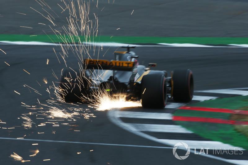 Nico Hulkenberg, Renault Sport F1 Team RS17, desprende chispas