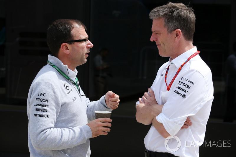 Технічний директор Mercedes AMG F1 Джеймс Еллісон із колегами