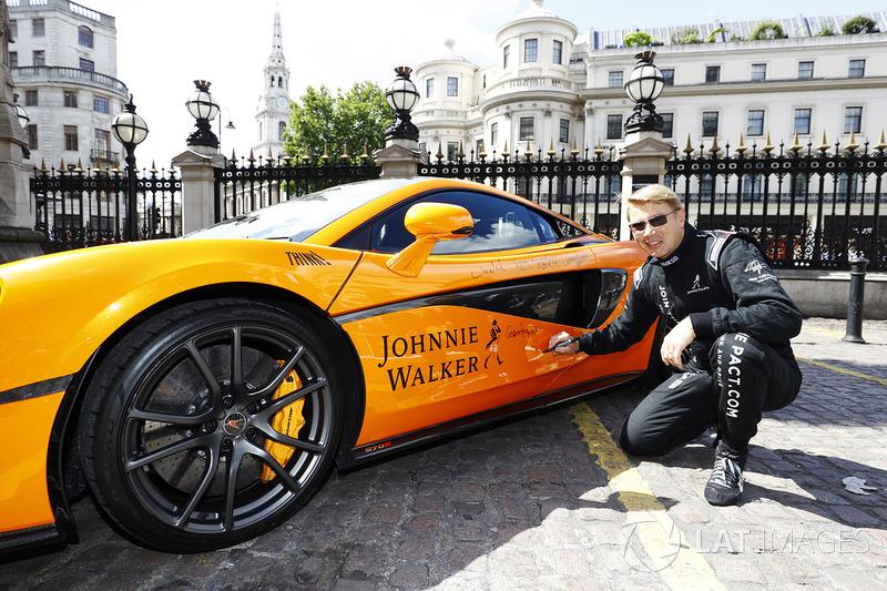 Mika Hakkinen, McLaren MP4-12C'yi imzalıyor