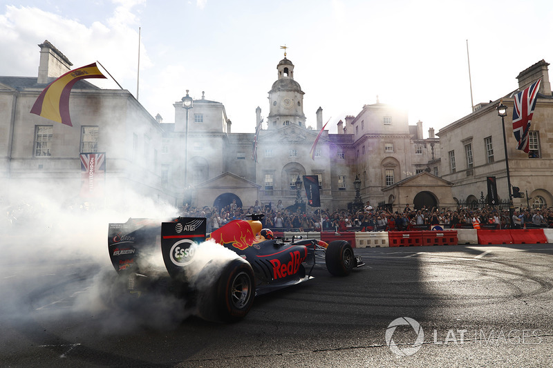 Daniel Ricciardo, Red Bull Racing RB13, donut yapıyor