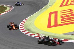 Romain Grosjean, Haas F1 Team VF-17, Fernando Alonso, McLaren MCL32, Pascal Wehrlein, Sauber C36