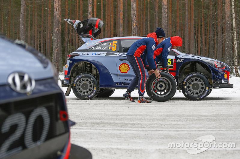 Thierry Neuville, Nicolas Gilsoul, Hyundai Motorsport, cambian una llanta
