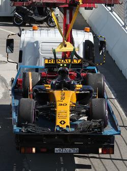 El coche chocado de de Jolyon Palmer, Renault Sport F1 Team RS17 es recuperado por oficiales de pist