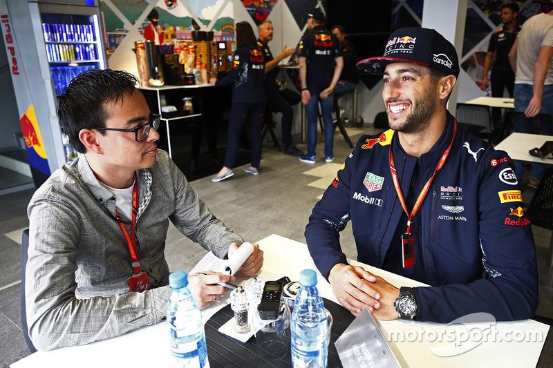 Даніель Ріккардо, Red Bull Racing, розмовляє з репортером Motorsport.com Ервіном Еггі