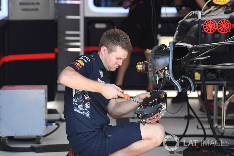 Механик Red Bull Racing работает над передними тормозами RB13