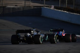 Lewis Hamilton, Mercedes-AMG F1 W10 EQ Power+ et Daniil Kvyat, Scuderia Toro Rosso STR14