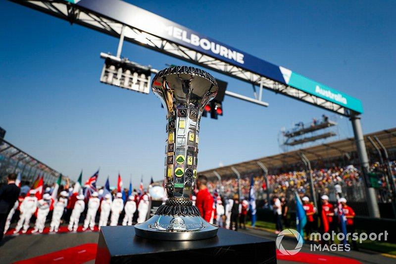 Le trophée du championnat du monde des constructeurs sur la grille avant le départ