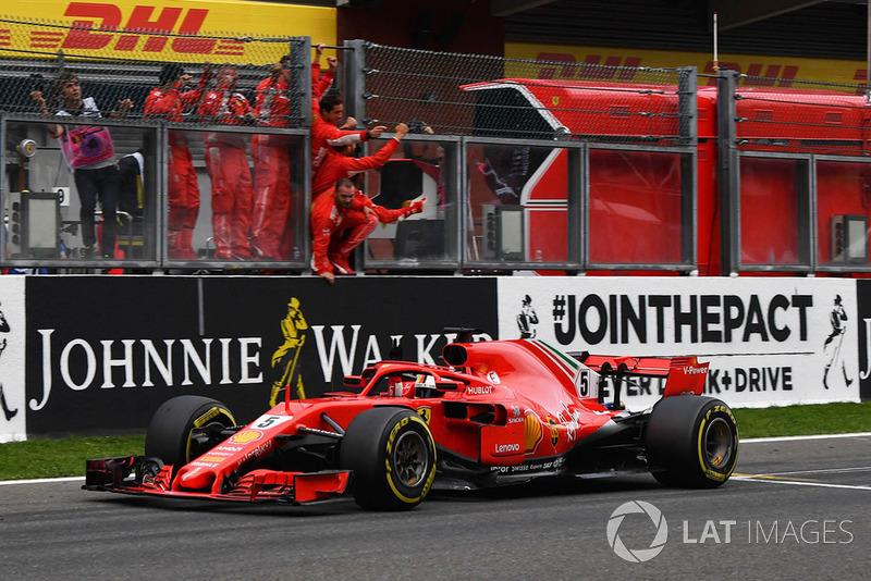 Vettel galibiyeti kutluyor