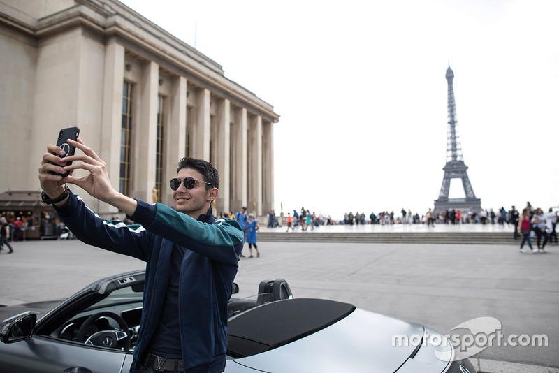 Esteban Ocon, Force India, selfie en frente de la torre Eiffel