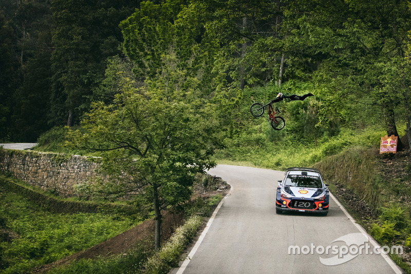 Dani Sordo y Andreu Lacondeguy, en el reto del WRC contra la MTB