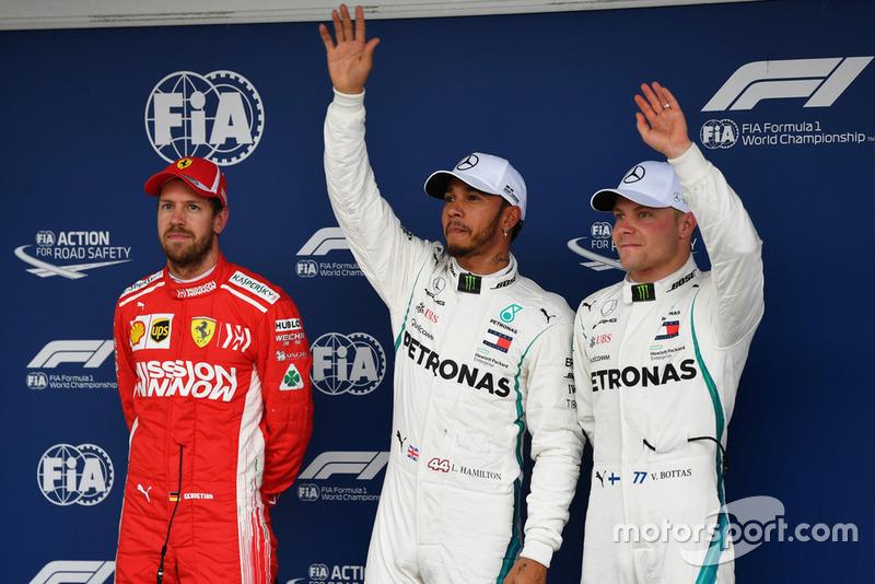 Tercer puesto Sebastian Vettel, Ferrari, ganador de la pole Lewis Hamilton, Mercedes AMG F1 y tercero Valtteri Bottas, Mercedes AMG F1