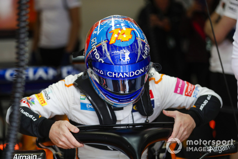 Fernando Alonso, McLaren, s'installe dans son baquet