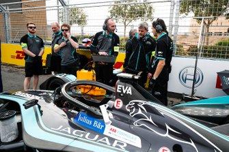 Les ingénieurs vérifient une dernière fois la voiture de Mitch Evans, Panasonic Jaguar Racing, Jaguar I-Type 3