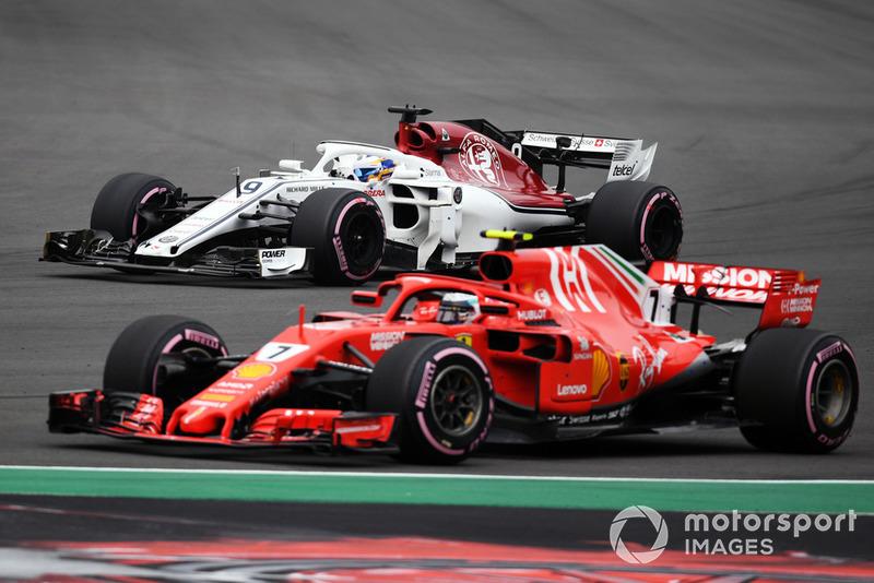 Marcus Ericsson, Sauber C37, Kimi Raikkonen, Ferrari SF71H