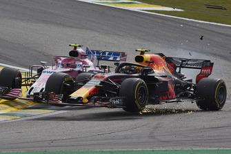 Accrochage entre Max Verstappen, Red Bull Racing RB14, et Esteban Ocon, Racing Point Force India VJM11