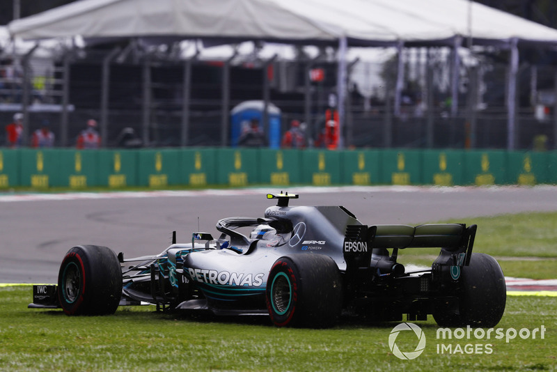 Valtteri Bottas, Mercedes AMG F1 W09 EQ Power+, traverse par l'herbe