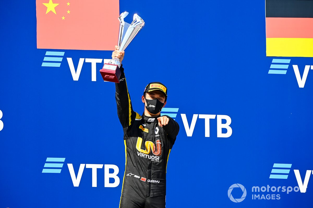 Race Winner Guanyu Zhou, UNI-Virtuosi celebrates on the podium with the trophy