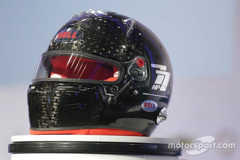 Helm ultraprotektif FIA buatan Bell
