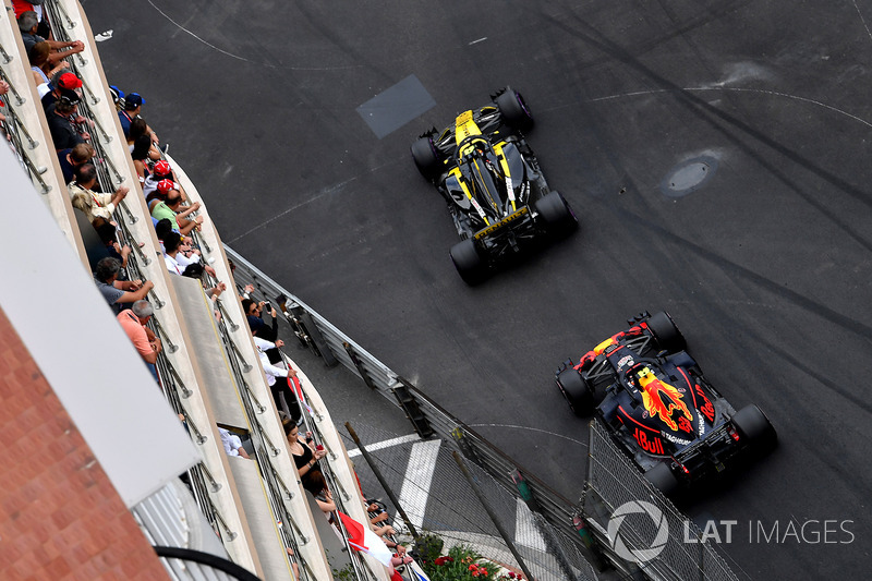 Карлос Сайнс, Renault Sport F1 Team RS18, и Макс Ферстаппен, Red Bull Racing RB14