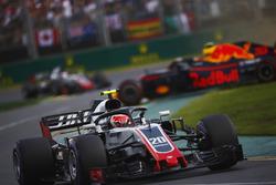 Кевин Магнуссен, Haas F1 Team VF-18, и Макс Ферстаппен, Red Bull Racing RB14