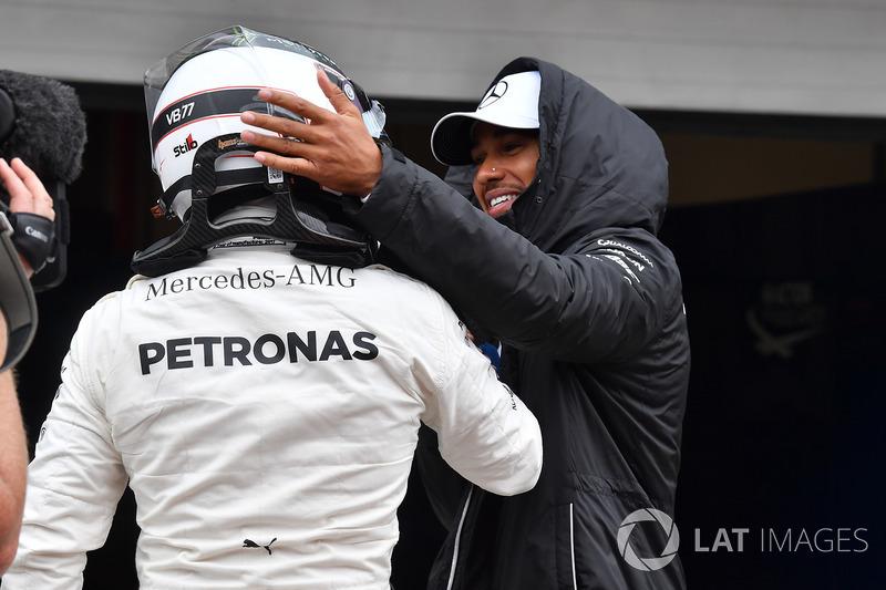 Lewis Hamilton, Mercedes AMG F1 celebra con el ganador de la pole Valtteri Bottas, Mercedes AMG F1 en parc ferme