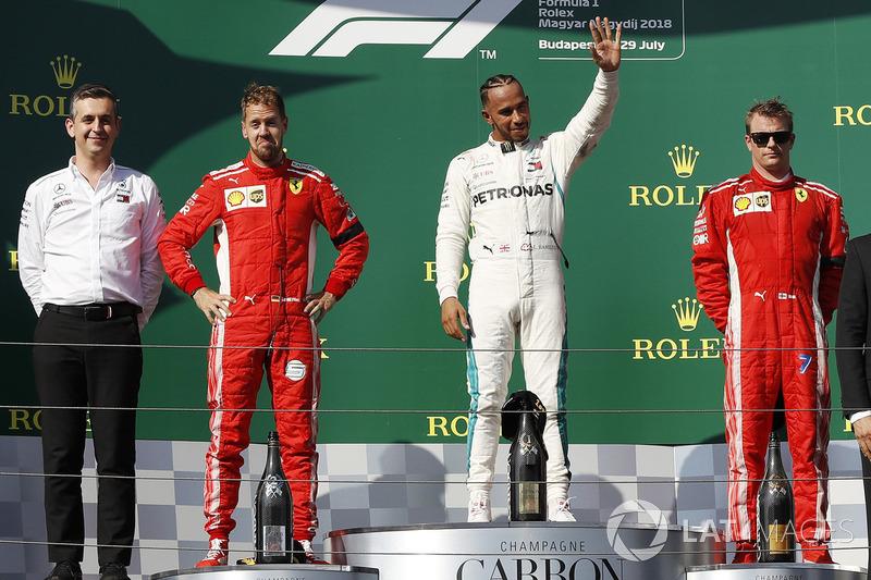 Ganador de la carrera Lewis Hamilton, Mercedes AMG F1, segundo clasificado Sebastian Vettel, Ferrari, tercer clasificado Kimi Raikkonen, Ferrari