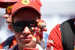 Un fan de Ferrari et une peluche aux couleurs de l'équipe