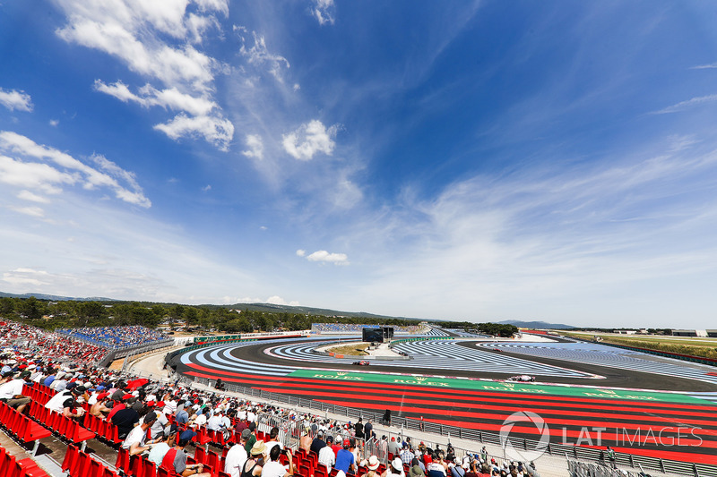 Daniel Ricciardo, Red Bull Racing RB14, leads Sergio Perez, Force India VJM11