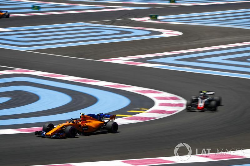 Stoffel Vandoorne, McLaren MCL33, precede Kevin Magnussen, Haas F1 Team VF-18