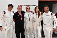Patrick Friesacher,  Paul Stoddart, Rupert Grint, Barbara Palvin y Zsolt Baumgartner, en el coche de dos plazas F1 Experiences