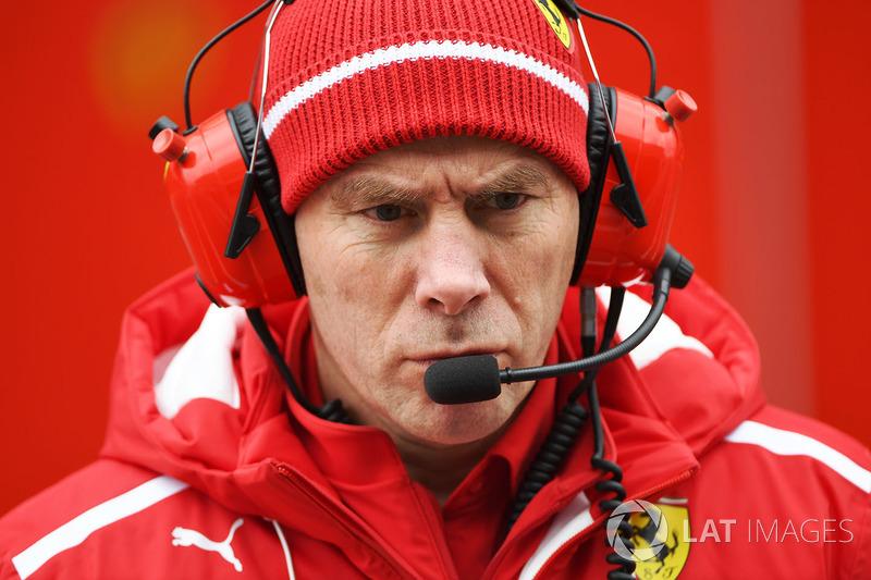 Jock Clear, Engenheiro-chefe da Ferrari observava tudo atentamente.
