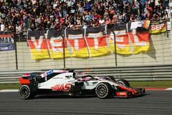 Romain Grosjean, Haas F1 Team VF-18 and Esteban Ocon, Force India VJM11 battle