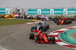 Sebastian Vettel, Ferrari SF71H, Valtteri Bottas, Mercedes AMG F1 W09, Kimi Raikkonen, Ferrari SF71H, Max Verstappen, Red Bull Racing RB14 Tag Heuer, and the rest of the field at the start of the race