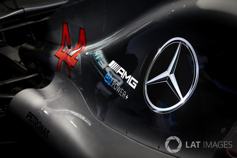 Detalle de la cubierta del motor de Lewis Hamilton, Mercedes AMG F1 W09, incluido el logotipo y la marca de AMG Mercedes