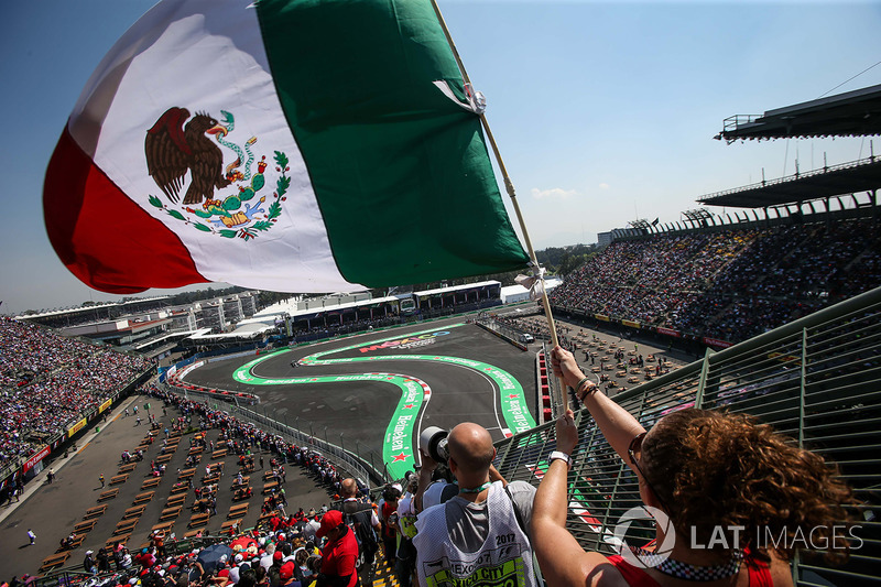 Lewis Hamilton, Mercedes-Benz F1 W08  pasa a los fans
